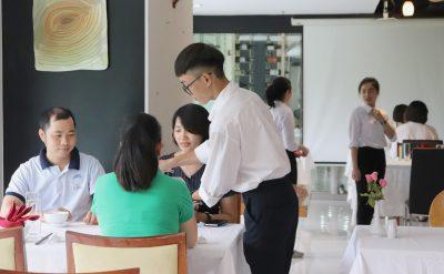 phục vụ trong nhà hàng
